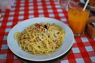 蒸し鶏と松の実のペペロンチーノ