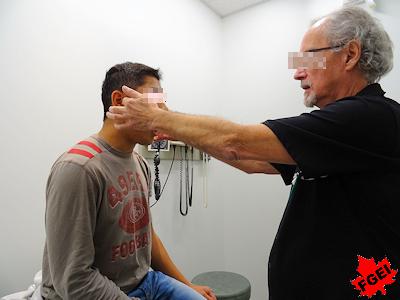 診断を受ける怪我をした留学生