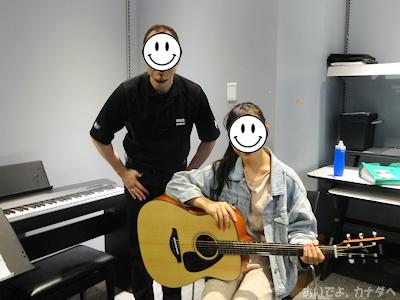ギターを教えてもらっている