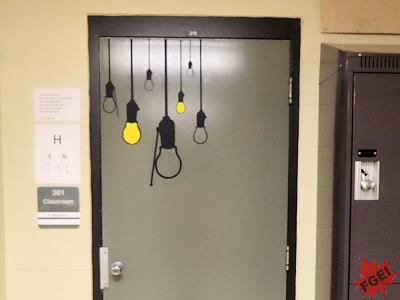カナダの高校の教室のドア
