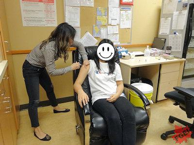 カナダで予防接種を受けるHちゃん