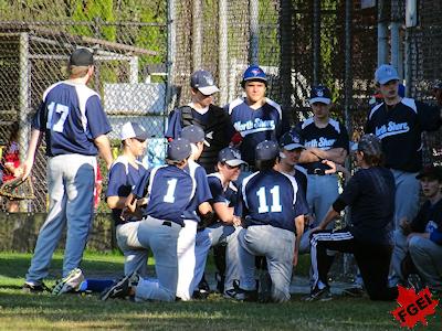 野球をする留学生とチームメートたち