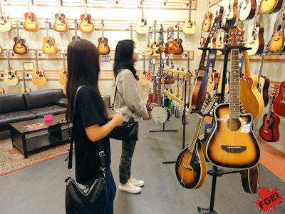 留学生 ギターを買いに
