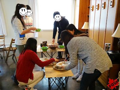 料理を取る留学生