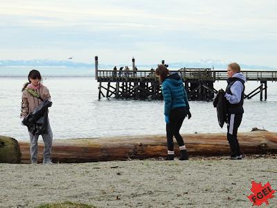 海岸でゴミ拾いする高校生たち 2