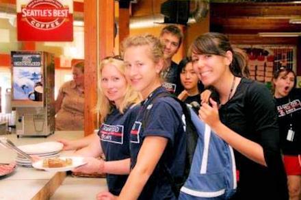 ウィスラーキャンプ 生徒たち 食事