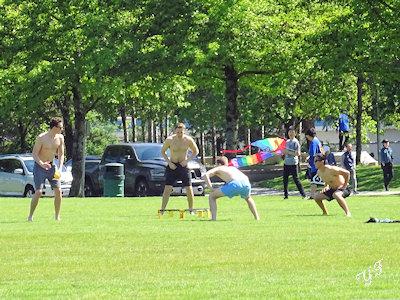 公園で遊ぶ若者たち