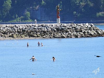 海で泳ぐ若者
