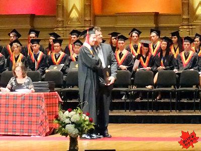 カナダの高校 卒業式 校長先生と写真