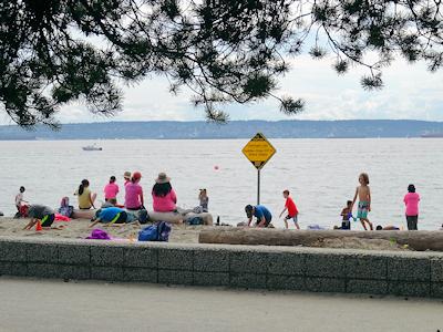 海岸で遊ぶ子供たち