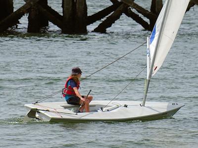 一人用のヨットを操縦する子供