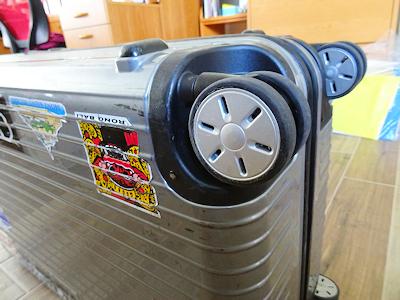 新しいスーツケースのキャスター