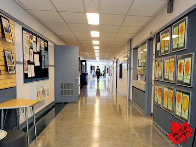 カナダの小学校の広い廊下