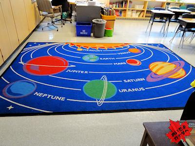 カナダの教室の床に太陽系の惑星が描かれた絨毯