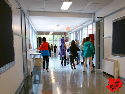 廊下を静かに歩くカナダの小学生たち