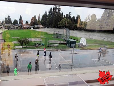 雨でも外で遊ぶカナダの小学生
