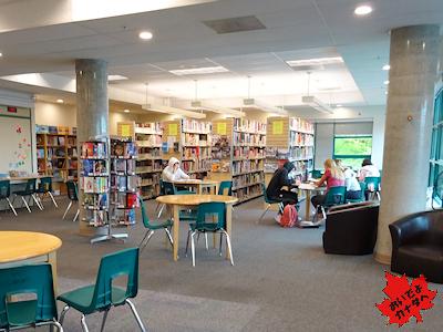 カナダの高校の図書室