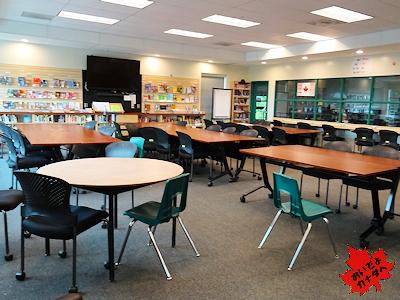 図書室のカナにあるミーティングスペース