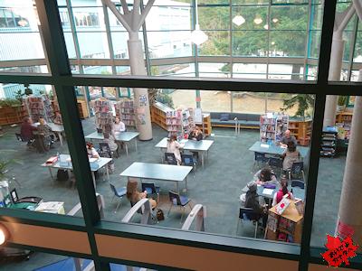 先生と面談 カナダの高校 図書館