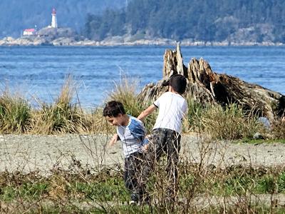 兄弟で遊ぶ子供たち