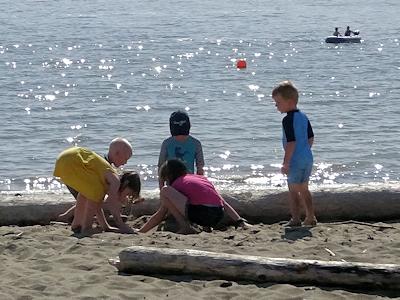 ビーチで砂遊びする子供たち