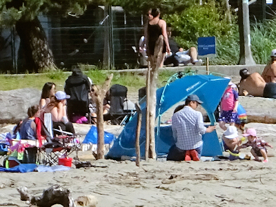 ビーチでくつろぐ家族
