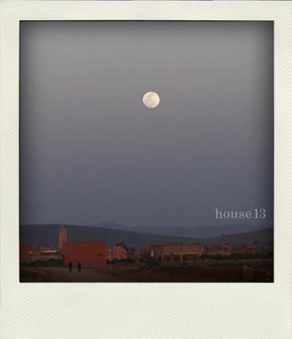 モロッコ、太陽と満月が向かい合う