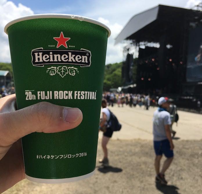 フジロック2016の最終日は3日間で一番暑かった。20周年記念カップビールで乾杯
