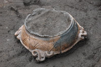 逆さまに置かれた土器