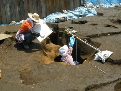 フラスコ状土坑の断面実測