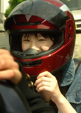 ヘルメットをかぶる夏帆