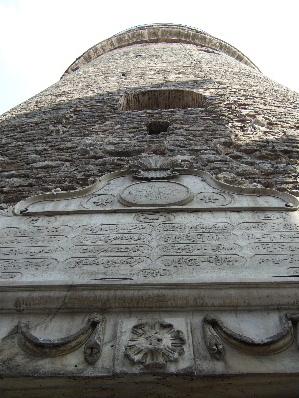 ガラタ塔を下から見上げる