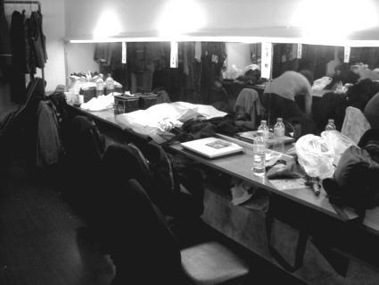 男性キャストの化粧前〔楽屋の中の壁に向かってしつらえた鏡と台の部分をこう呼びます〕