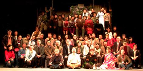 """武漢""""京韵大舞台""""劇場初日終演後,湖北話劇院の方々と記念撮影をしました。"""