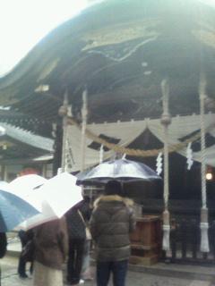 武田神社の境内です。大きな武田菱のマークが目立ちます。