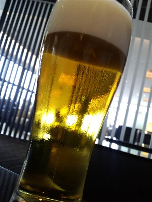 伊丹ラウンジでビール