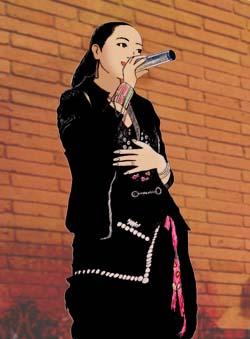 背景はデビューアルバムに写っていたレンガ塀です。