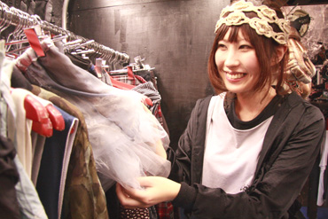 こちらがその卒業生、勝又典子さん♡ 原宿の人気古着屋「Dog」のプレス兼バイヤーとして活躍中なんです(^^)  昔からクリエイティブなものには色々興味を持っていて、