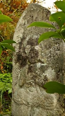旅人を優しく見守る石仏