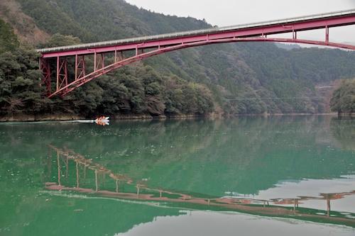 猿飼橋とオシドリ観察船