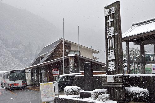 雪の十津川温泉バス停