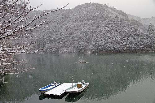 雪の二津野湖