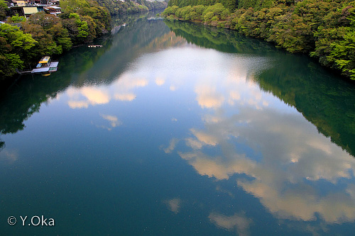 ダム湖に映る空