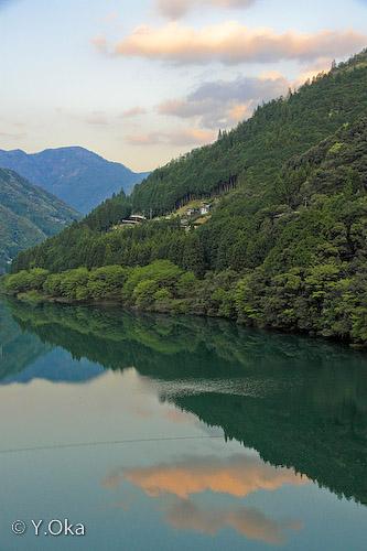 ダム湖に映る山と空