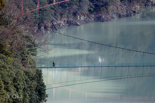 吊り橋を渡る人