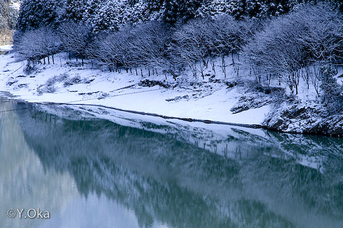 雪の二津野ダム湖