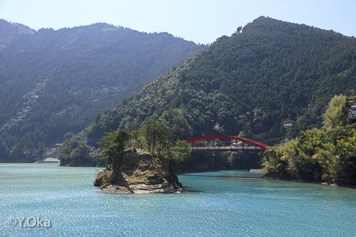 六方島と二津野ダム湖