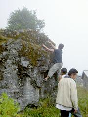 岩でクライミング中…