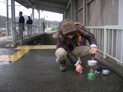 駅で湯を沸かす