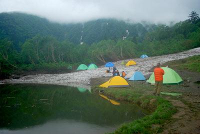 白根御池小屋のテント場と池